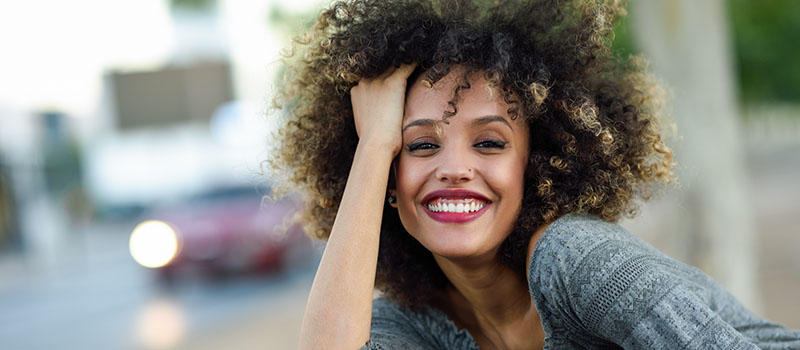Frau mit Zahnfleischlächeln